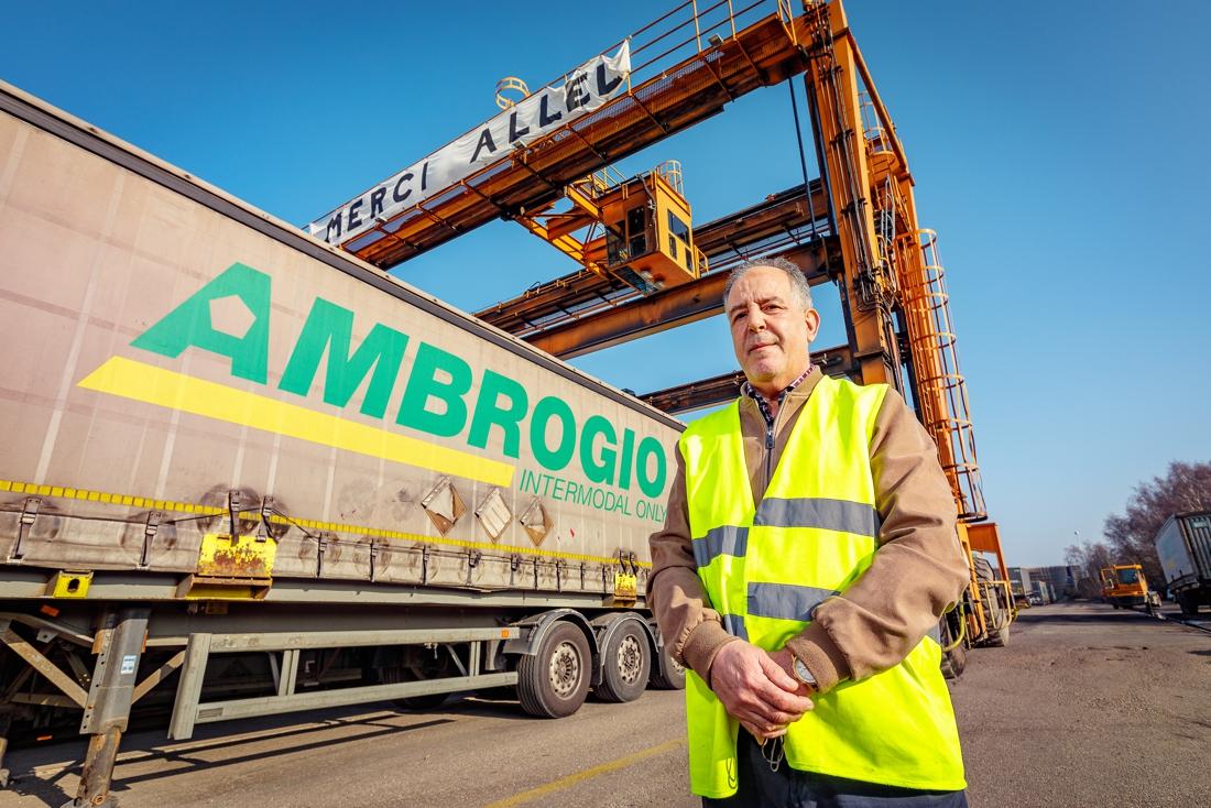 Transportbedrijf wuift kraanmachinist met 40 jaar dienst Allel (65) uit met groot spandoek