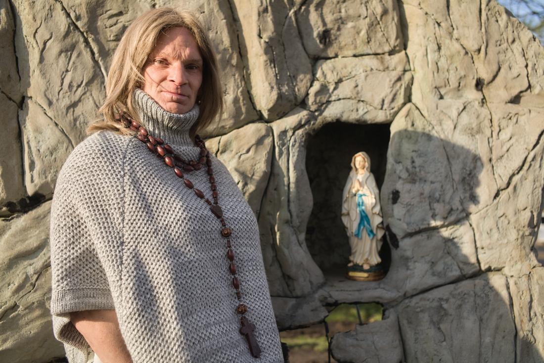 """Transvrouw mag niet in klooster: """"Toch beschouw ik me als zuster Eefje"""""""