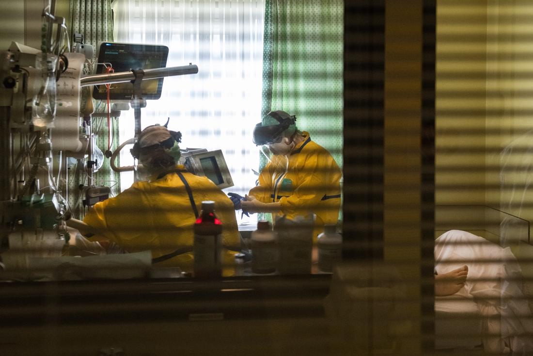 Aantal besmettingen stijgt lichtjes, wel minder coronapatiënten in ziekenhuizen