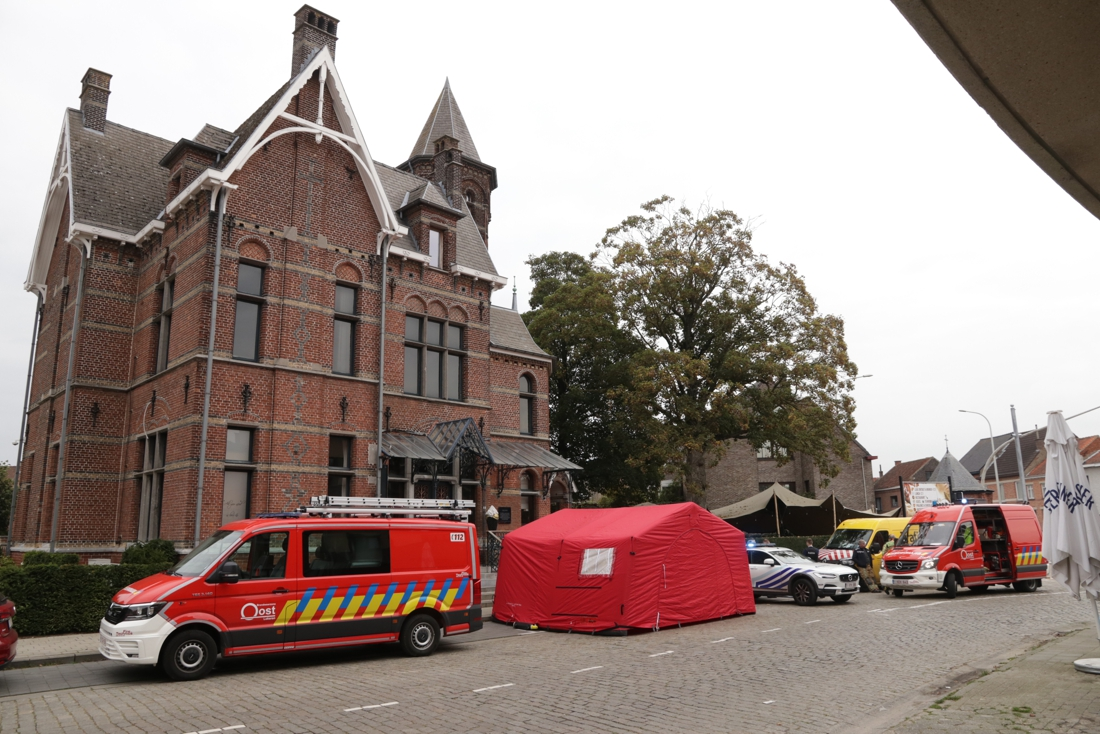 Man (63) ligt dood in zijn auto voor voormalig gebouw vredegerecht: natuurlijk overlijden