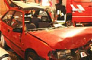 Vrouw botst tegen geparkeerde wagen
