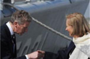 Koningin Paola doopt fregat 'Louise Marie' met hamer