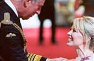Prins Charles versiert Kylie Minogue