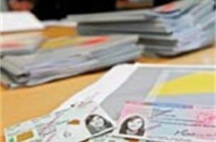 Turtelboom reikt eerste elektronische vreemdelingenkaart uit