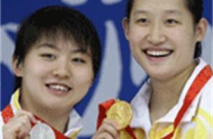 Goud en zilver voor Chinese meisjes op 200 meter vlinder
