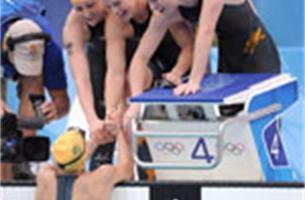Australische meisjes zwemmen naar WR in 4x100 wissel