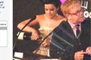 Lily Allen en Elton John ruziën op Awards - Video