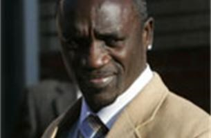 Rapper Akon is weer agressief tegenover vrouwen op concert