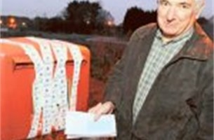 Dichtgeplakte postbus zit tjokvol wenskaarten