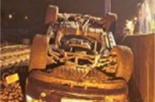 Range Rover crasht naast spoorweg