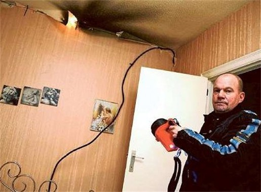 Vrouw boort gat in elektrische leiding