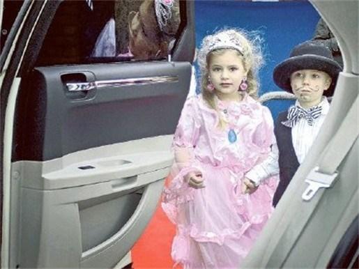 Kleuters in limousine naar galabal