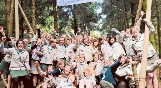 Scouts amuseren zich in speelbos