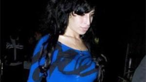 Winehouse even  uitgedroogd en in het ziekenhuis