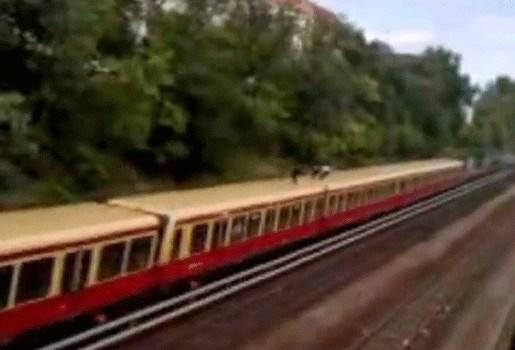 Duitse jongeren doen aan treinsurfen