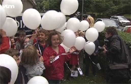 Kindjes laten ballonnen op voor hun papa in Qatar