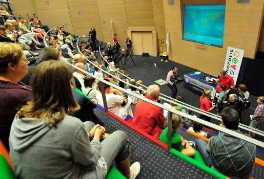 Kinderen stellen in Technopolis vragen aan Frank De Winne
