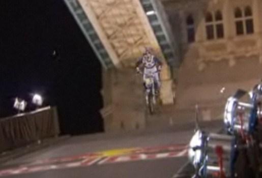 Stuntman springt over Thames met motor
