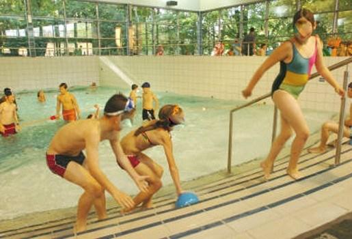 Man mishandelt zwembadredder