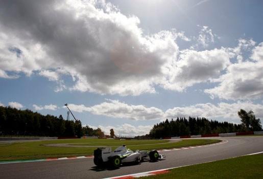 Button en Hamilton liggen er al uit na chaotische start in Spa