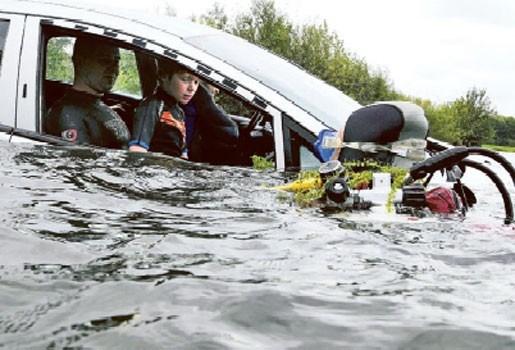 Auto in water niet noodzakelijk doodskist - Tips