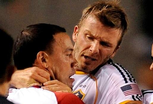 Beckham grijpt tegenstander bij de keel