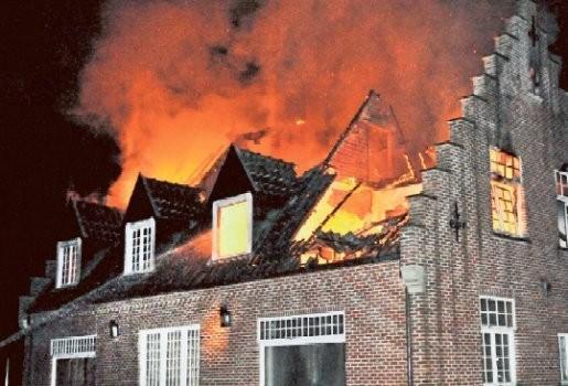 Brand legt huis volledig in as