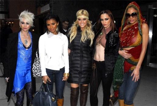 The Pussycat Dolls lassen break in