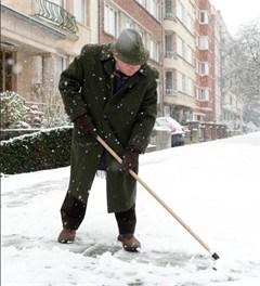 Mechels OCMW houdt stoep senioren sneeuwvrij