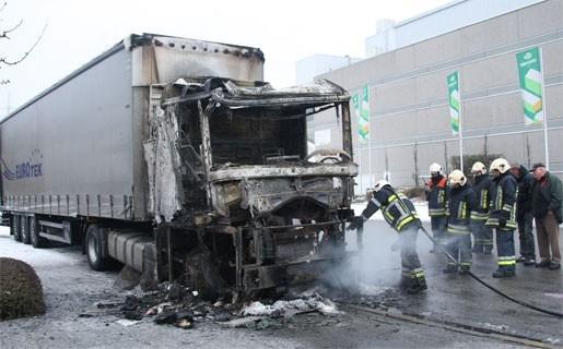 Vrachtwagencabine brandt uit