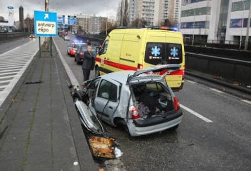 Bestuurder in levensgevaar na crash aan Jan De Vostunnel