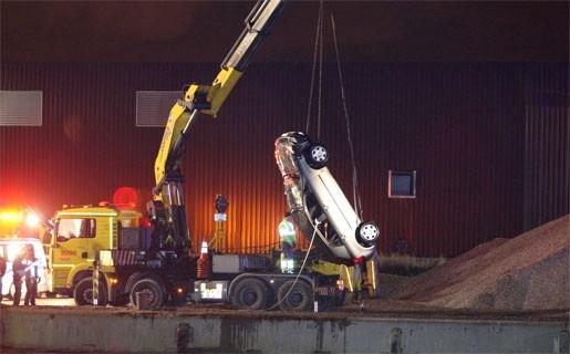 Auto in het Albertkanaal gedumpt