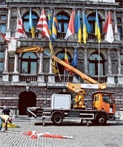 85 vlaggen bevestigd aan gevel Stadhuis