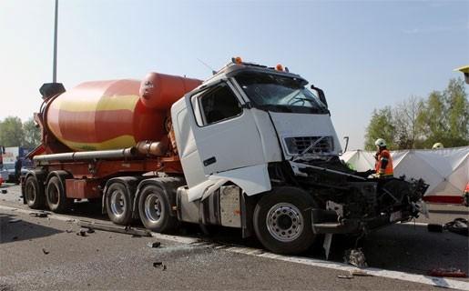 E313 gedeeltelijk versperd na dodelijk ongeval met vrachtwagens