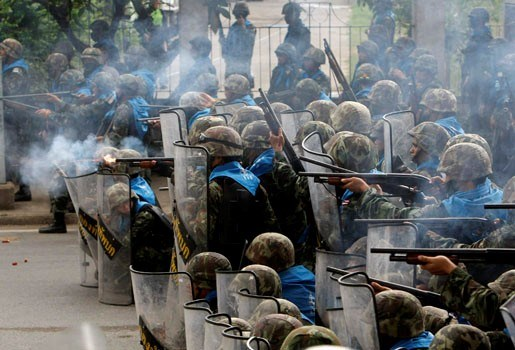 Thaise politie neemt demonstranten onder vuur