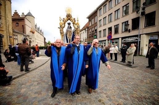 Priesters stappen mee in Mechelse Hanswijkprocessie