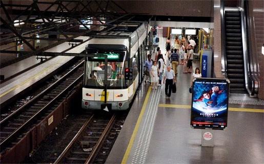 Jongeren met ijzeren staaf bewerkt in metrostation