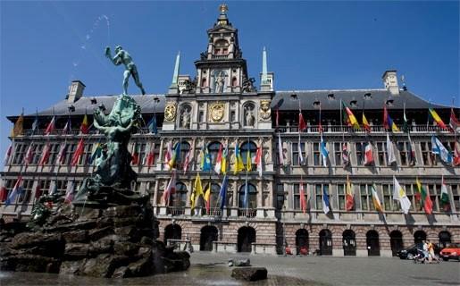 Regenboogvlag siert Antwerps stadhuis