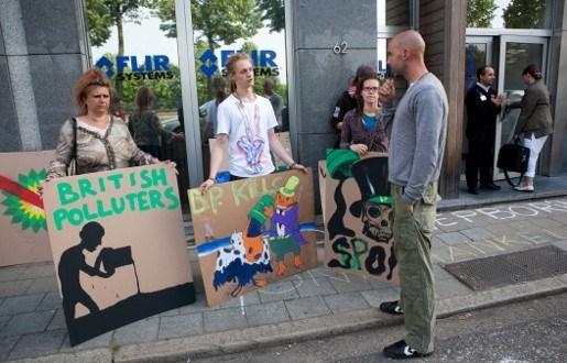 Betogers verzamelen voor Antwerpse vestiging British Petroleum
