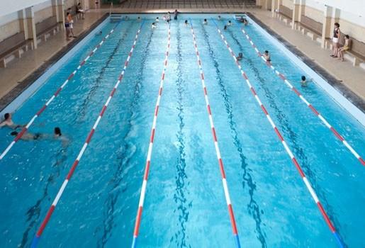Tieners stelen uniform van zwemmende politiecommissaris