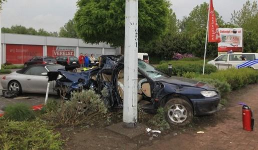 Bestuurder zwaargewond na klap tegen Porsche