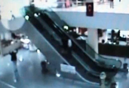Winkeluitbater redt jongen (4) na val roltrap (video)
