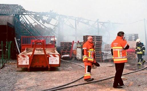 Zware brand vernielt loods