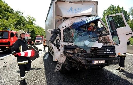 Vrachtwagenchauffeur slechts lichtgewond na zware aanrijding E40