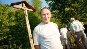 Beerzelnaar plaatst metershoog kruis in bos