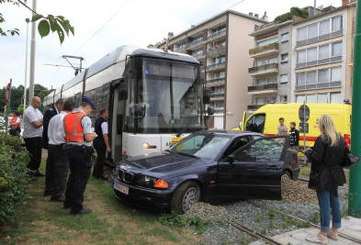 Tram grijpt auto in Deurne