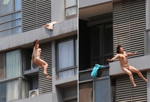 Vrouw springt naakt van elfde verdieping