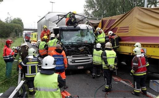 Vrachtwagenchauffeur gekneld na kop-staartbotsing in Ranst