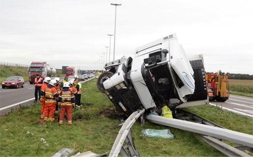Vrachtwagen gaat door middenberm op E19 in Loenhout