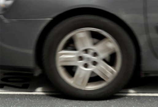 Dronken vrouw kruipt naakt achter stuur